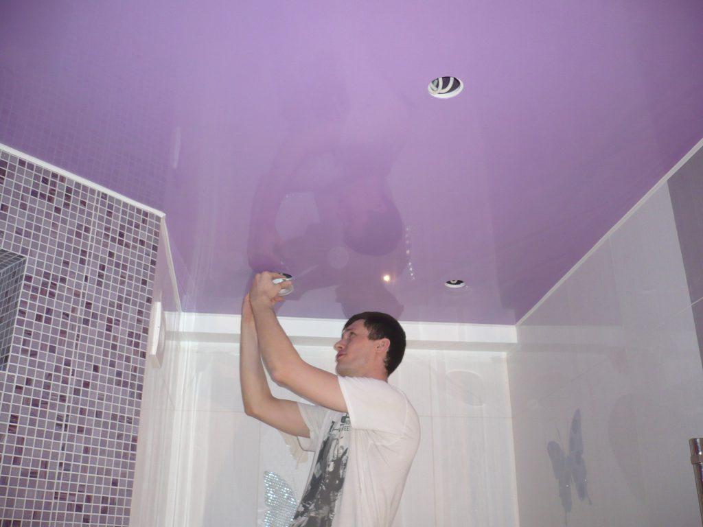 Как правильно осуществить монтаж натяжного потолка в ванной?