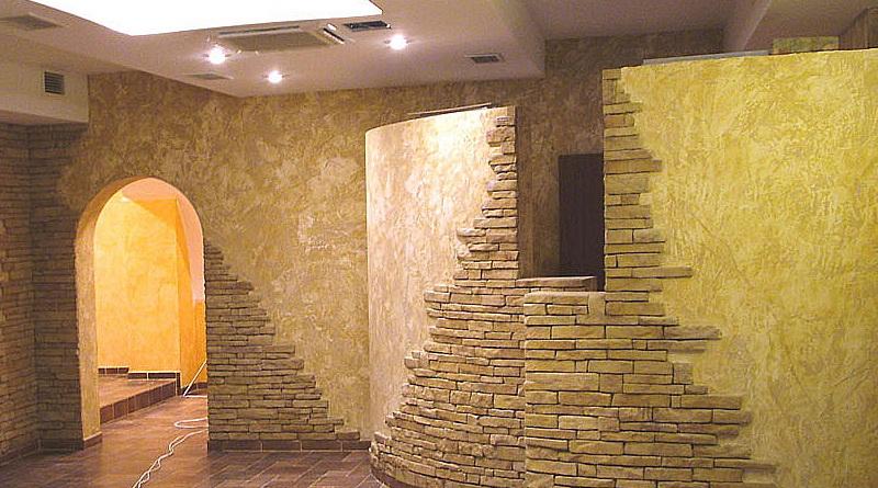 Sochetanie dekorativnoy shtukaturki s iskusstvennyim kamnem